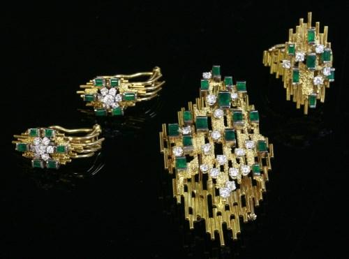 Lot 485 - An emerald and diamond brooch/pendant