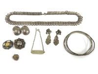 Lot 92 - A quantity of costume jewellery