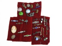 Lot 93 - A collection of brooches
