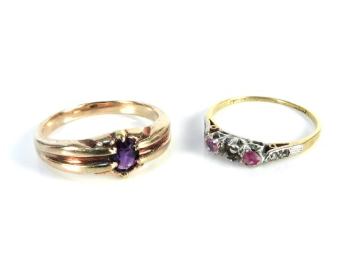 Lot 14-A gold single stone amethyst ring