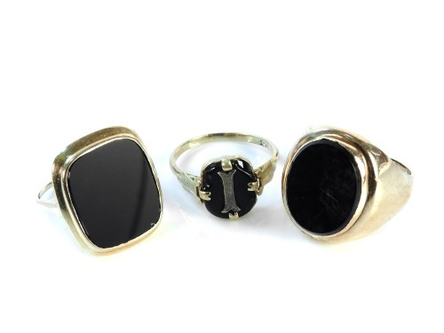 Lot 13-A 9ct gold gentleman's oval onyx signet ring