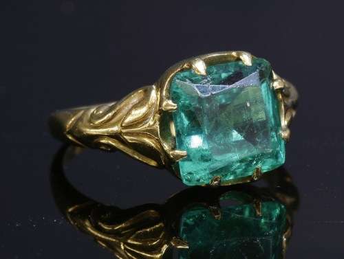 75 - A Victorian gold single stone emerald ring