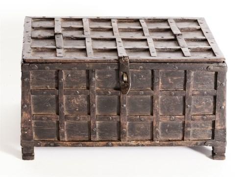 Lot 95 - An oak tabletop deed box