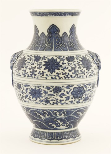 1069 - A Chinese blue and white vase