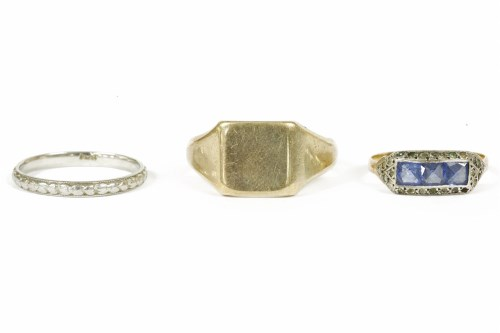 Lot 21-A wedding ring with floral decoration marked PLAT 2.66g