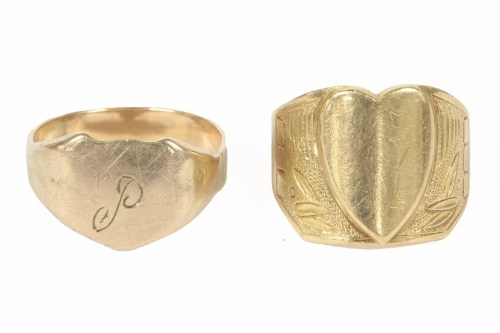 Lot 25-A gentleman's gold signet ring