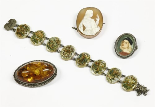 Lot 12-A gold shell cameo brooch