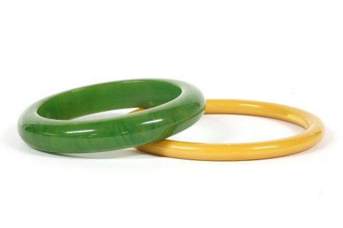Lot 17-A green D-section Bakelite bangle with swirls
