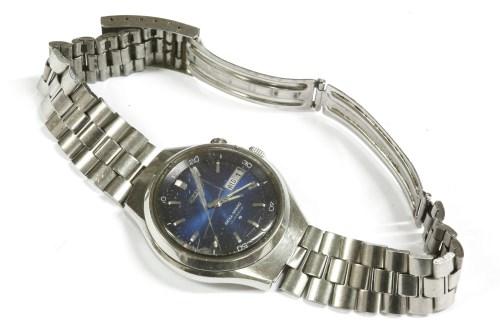 Lot 33-A gentlemen's stainless steel Seiko Bellmatic bracelet watch