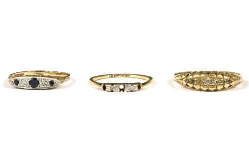 Lot 5-An 18ct gold five stone graduated diamond ring
