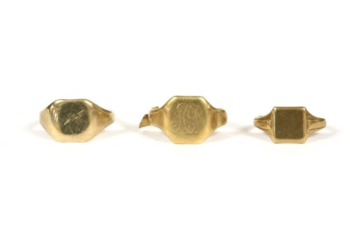 Lot 33-A gentlemen's gold signet ring