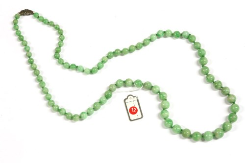 Lot 16-A single row graduated jade bead necklace