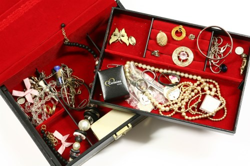 Lot 29 - A collection of costume jewellery