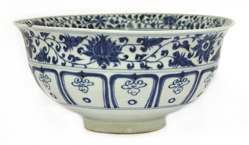 22 - A large Chinese blue and white bowl