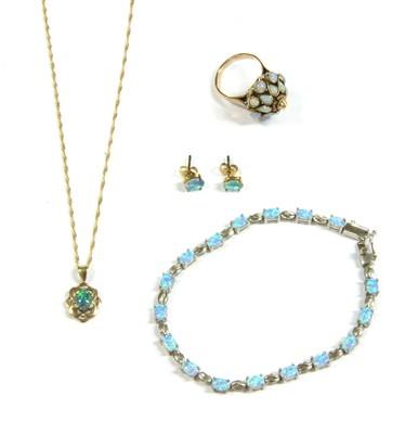 Lot 5-An opal set crown ring