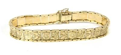 Lot 10-An engraved plaque link bracelet