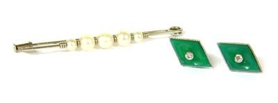 Lot 10-A cultured pearl bar brooch