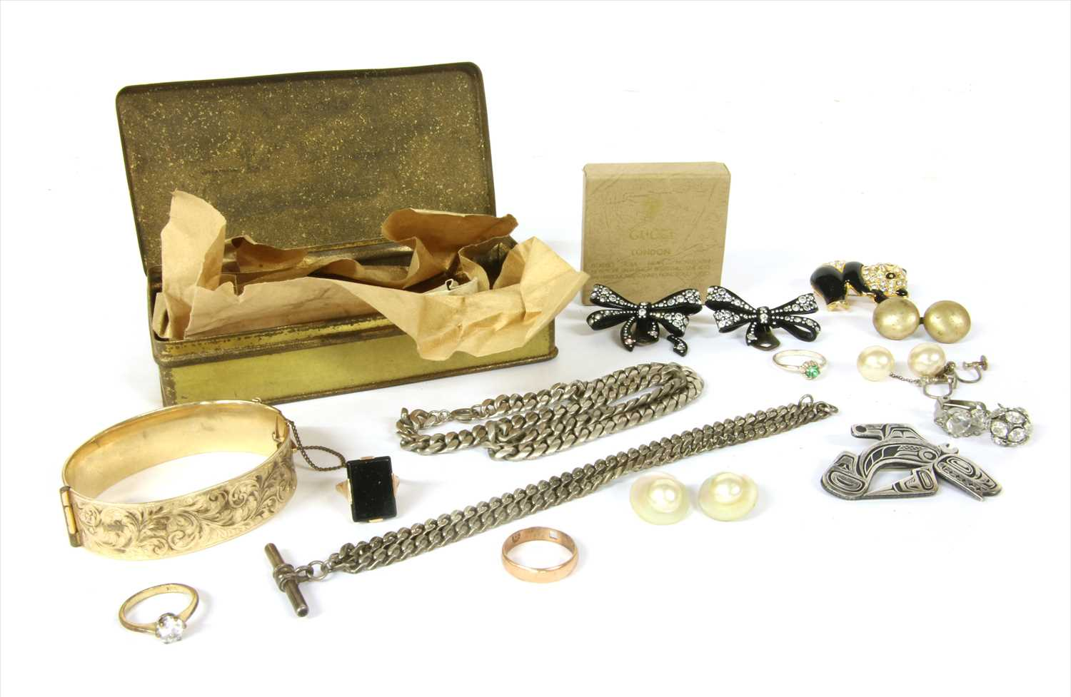 Lot 5-A quantity of jewellery