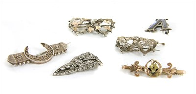Lot 2-A quantity of Victorian and later brooches