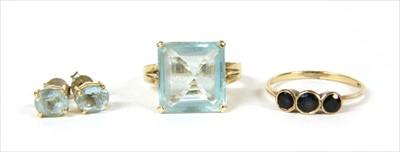 Lot 16-A gold single stone aquamarine ring