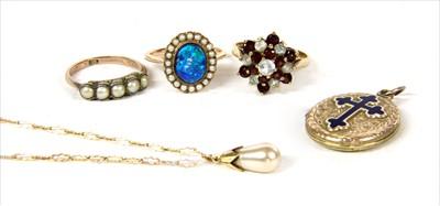 Lot 28-A gold split pearl ring