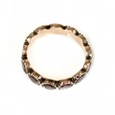 Lot 19 - A Georgian foil-backed flat cut garnet eternity-style ring