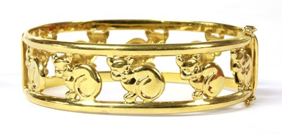 Lot 100 - An Italian hinged oval openwork cat motif bangle