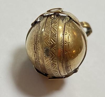 Lot 23-A gold egg form multi-photo 'family' locket