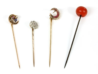 Lot 53 - A diamond set daisy cluster stick pin, c.1915