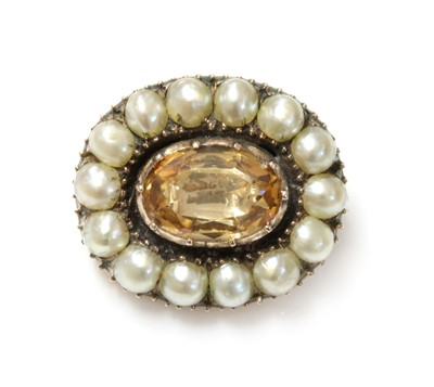 Lot 11 - A Georgian foiled topaz and split pearl brooch