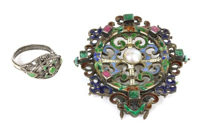Lot 116 - An Arts and Crafts demantoid garnet and enamel ring, possibly by the Artificers' Guild