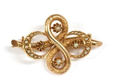Lot 14 - A gold split pearl brooch