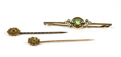 Lot 26 - An Edwardian gold peridot and split pearl bar brooch
