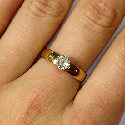 Lot 8 - A gold single stone diamond ring