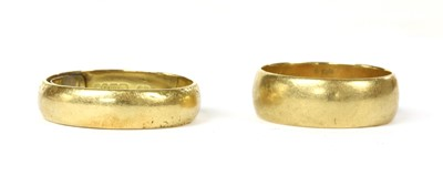 Lot 58 - An 18ct gold 'D' section wedding ring