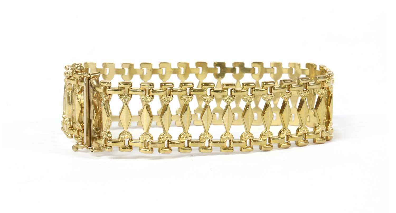 Lot 61 - A 9ct gold bracelet