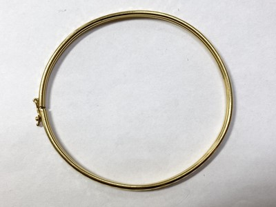 Lot 45 - A 22ct gold oval bangle