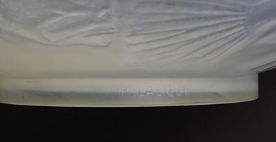 Lot 135 - A Lalique 'Poissons' opalescent glass vase