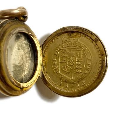 Lot 5 - A gold chalcedony locket