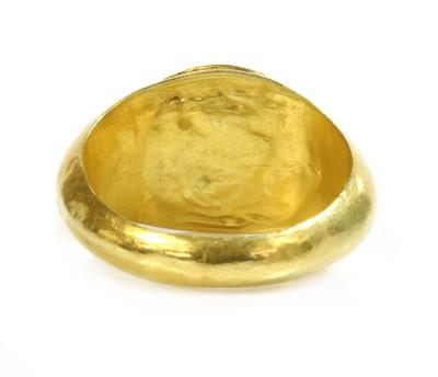 Lot 9 - A Roman gentlemen's high carat gold 'eye' agate intaglio ring