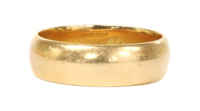 Lot 96 - An 18ct gold 'D' section wedding ring