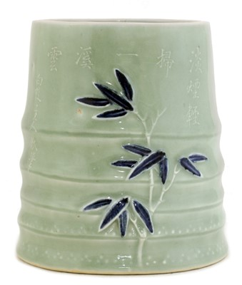 Lot 33 - A Chinese blue and white brush pot