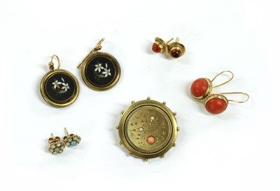 Lot 31 - A Victorian gold coral and split pearl brooch
