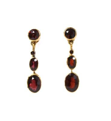 Lot 150 - A pair of gold garnet drop earrings