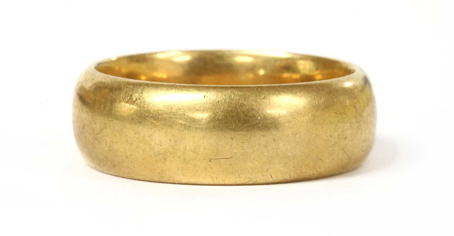 Lot 56 - An 18ct gold light court section wedding ring