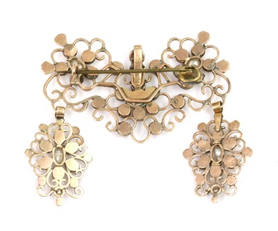 Lot 12 - A late 18th century Iberian flat cut garnet and freshwater pearl brooch/pendant, c.1800