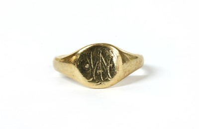 Lot 59 - A 9ct gold signet ring