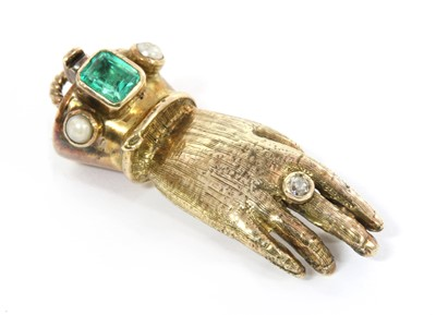 Lot 144 - An 18ct gold emerald, diamond and split pearl Regency-style hand clasp