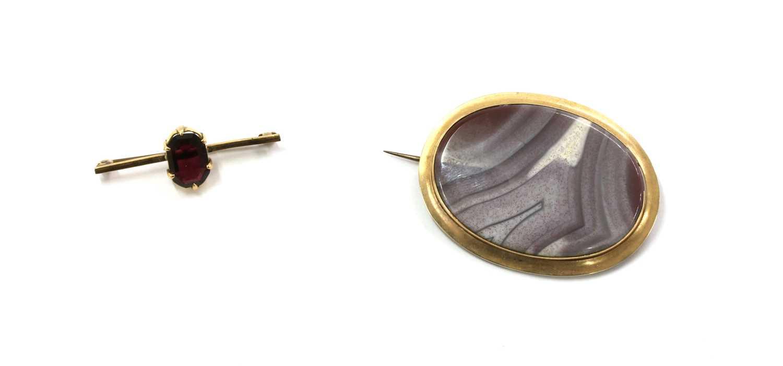 Lot 14 - A gold single stone garnet brooch