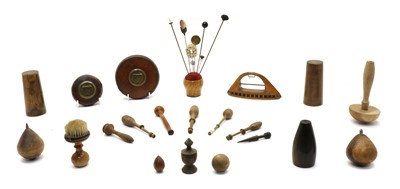 Lot 114 - A collection of treen items